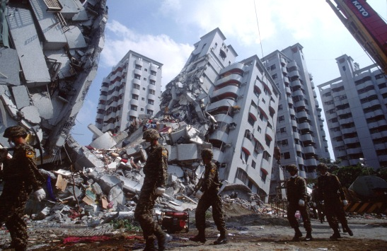 how to survive an earthquake... source: http://www.urbansurvivalnetwork.com/survival-guides/survival-guide-survive-earthquake/