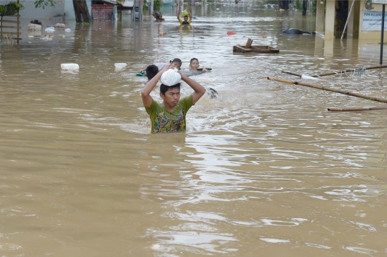 An Indonesian man wades through a flooded area in Jakarta on January 19, 2014. The indonesian capital and surrounding areas face threats of flooding annually. (AFP Photo/Adek Berry)