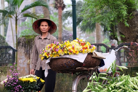 A flower vendor in Hanoi, Vietnam. In low-income countries, small businesses make up a large proportion of the economy, and are regarded as the most direct contributors to a stable economic climate. Image: Kenny Thai / Shutterstock.com