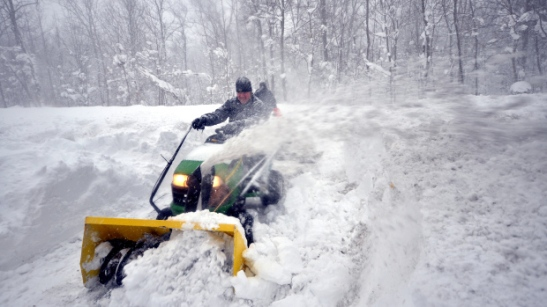 Greg Waters (L) tries to remove some of the five feet of snow from a driveway on November 20, 2014 in the Lakeview neighborhood of Buffalo, New York. (Photo by John Normile/Getty Images)