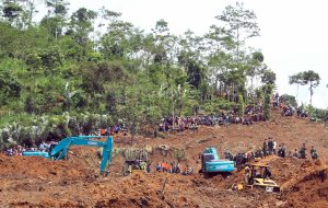 Volunteers and officials are still searching for victims of the devastating landslide that hit Jemblung village in Banjarnegara district on Dec. 15, 2014. (PA Photo/Prawira)