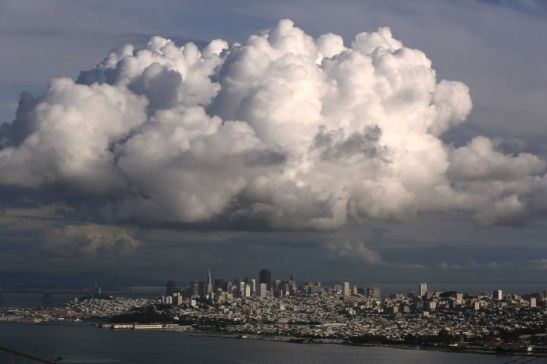 Photo: A large cloud gathers over the skyline of San Francisco, California. (Reuters: Robert Galbraith