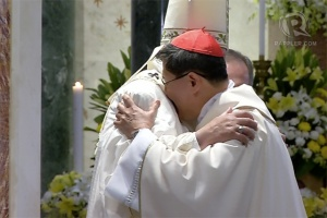 WELCOME. Pope Francis gives Luis Antonio Cardinal Tagle a warm embrace at the Manila Cathedral during the Holy Mass. Rappler screengrab