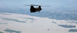 US_Army_helicopter_flies_over_a_flood-affected_area_of_Pakistan